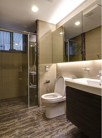 呼应大地色系的立面设计,设计师以木纹砖地板增添简约自然感。