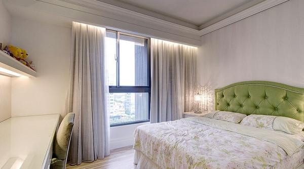 碎花寝具与木地板营造的乡村风格里,浅绿色的拉扣床头板增添时尚新古典韵味。