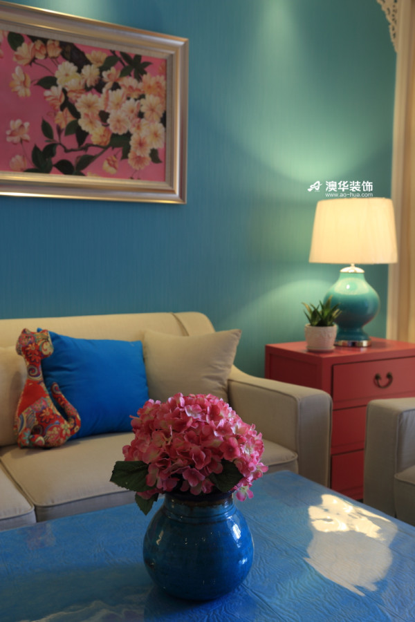 【初春•仲夏】 中国红,在这个盛满故事的盛夏光年,变得愈发炙热。 而纤尘不染的纯白雕花背景墙,悉心雕刻着永不褪变的春意。