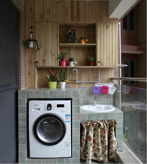 阳台部分,虽然这套房子没有花园,但通过阳台部分与外界接触,用防腐木做墙面装饰、储纳。方便放花花草草。