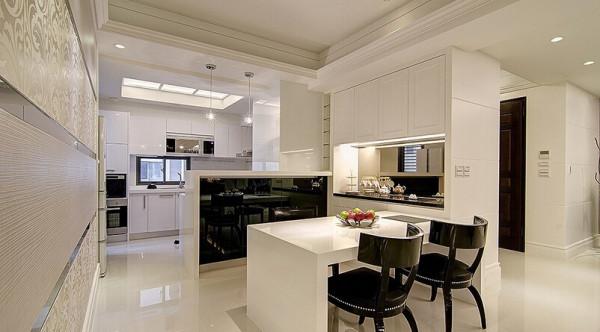 与鞋柜双面使用的收纳餐柜,可满足小家庭用餐时的收纳需求。