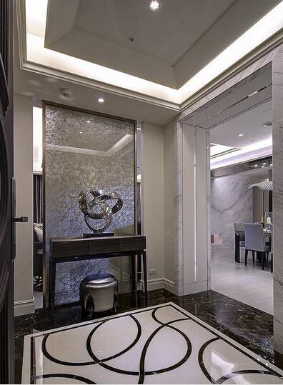 改造格局争取大尺度玄关,边框的镀钛发丝纹诠释精致质感,制造低调奢华的开场效果。
