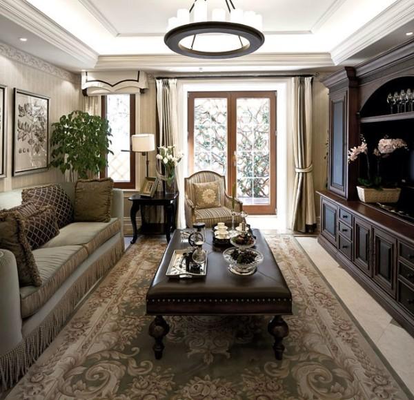 外墙多用石材或仿石才装饰,细节处理上运用了法式廊柱、雕花、线条,制作工艺清细考究。法式建筑呈现出浪漫典雅风格
