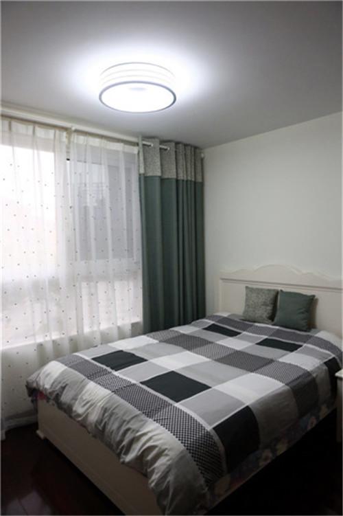 白灰为主,格子式卧室