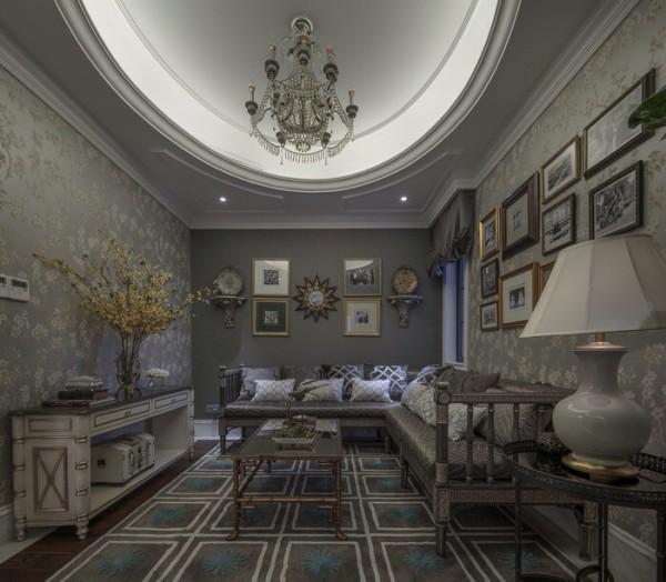 地板大理石拼花映衬着浴室中马赛克拼花墙面配上黑胡桃木框镜子,犹如歌剧中咏叹调般的尽显华丽。在这里,感受色彩的切分,聆听乐章的断奏