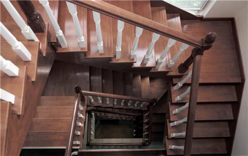 木质楼梯,健康而古典,同时富有现代气息