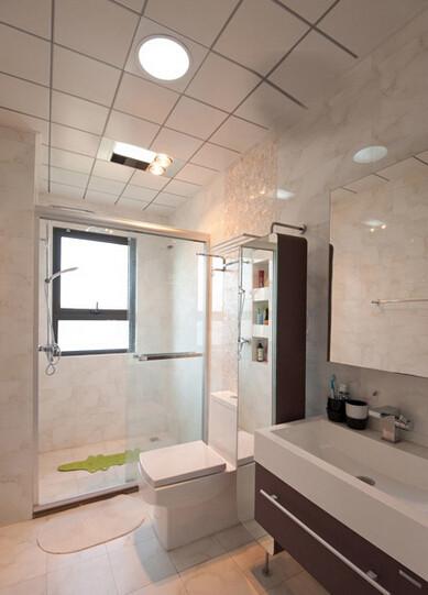 整体的卫生间,干湿区直接用玻璃装开的,浴霸也是每个卫生间里不能不少的
