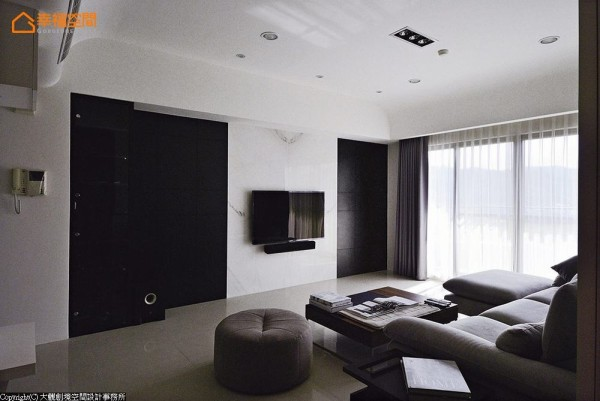 简洁利落的设计,反而能把屋外美丽的风光引入,成为天然的装饰画作。