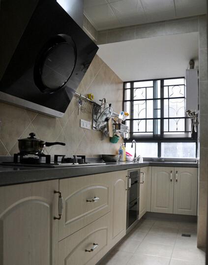 进入到厨房看到厨房的全景,厨房的橱柜有点简欧风