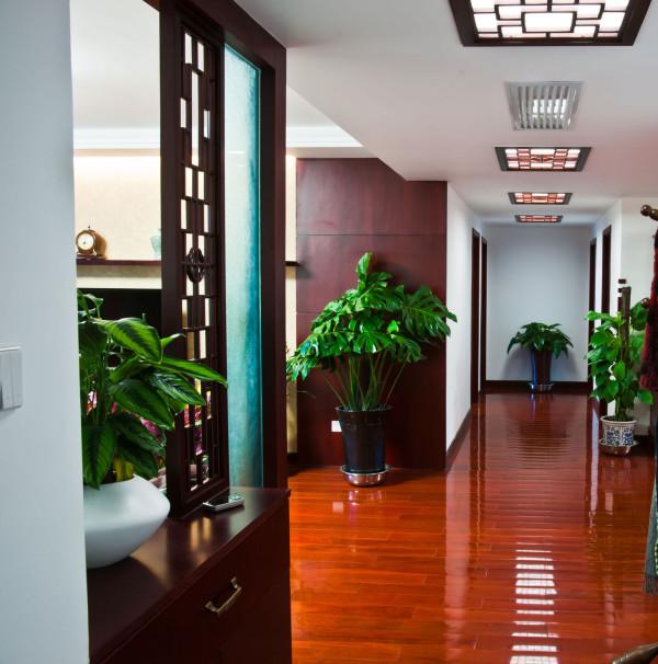 先进入门厅做了装饰鞋柜,与木制作颜色保持一致颜色,使视觉空间更大化,木质的镂空隔断,既能把空间合理地分割开来,又能形成朦肬的美感,通过镂空的隔断可以欣赏另一个空间的装饰.