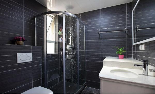 卫生间淋浴房,角落里放了两个三角的置物架。