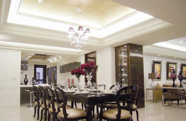 客厅、餐厅及厨房全开放式设计,保有空间的动线流畅。