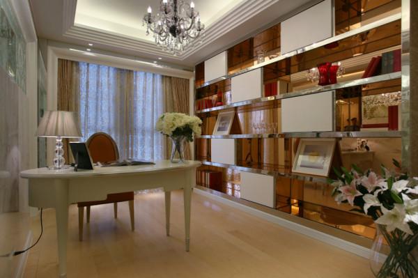 书房:现场制作的实木书柜,复合木地板,空间利用合理。