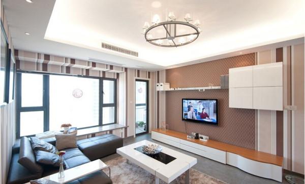 电视柜。烤漆的电视柜很有现代感,原木色的台面也很容易打理。