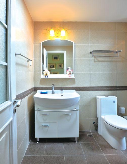 现代生活中,卫生间不止满足于功能需求,在材料、色彩、线条、灯光等设计方面,都不应忽视,使之发挥最佳效果。白色的洁具显得清爽大方,平面镜增加了通透的感觉,米色的墙砖使整体环境洁净雅致。