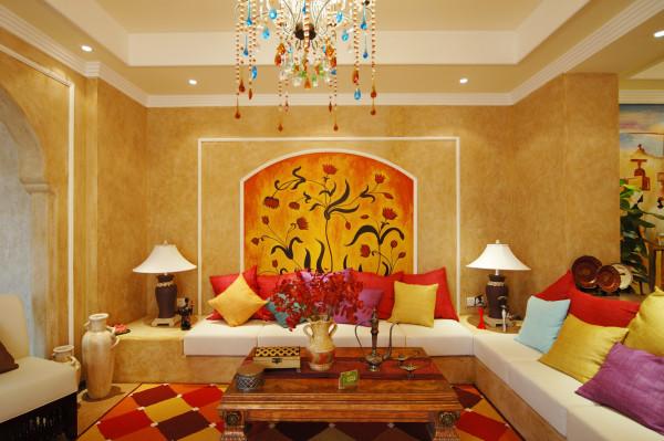 这个客厅大量使用碎花图案的各种布艺和挂饰,欧式家具华丽的轮廓与精美的吊灯相得益彰。墙壁上也并不空寂,壁画和装饰的花瓶都使它增色不少。鲜花和绿色的植物也是很好的点缀