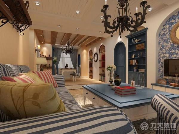 客厅在电视背景墙设计了拱形的造型,和餐厅背景墙相呼应;客厅两边的拱形造型里面放置了蓝色的柜子既美观又实用。沙发和餐椅选用的是地中海典型的蓝色竖纹纹样,和整体风格十分搭配。