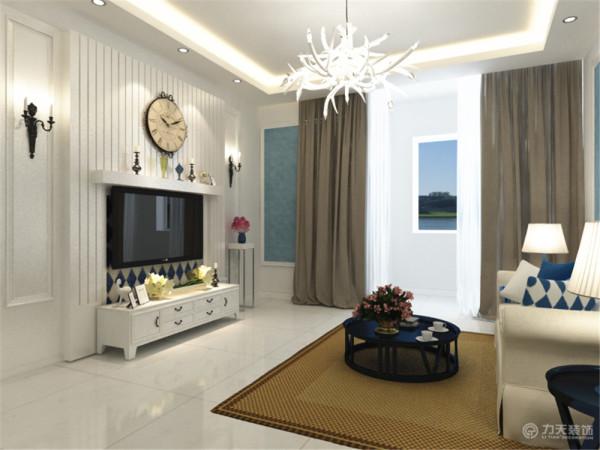 客厅也采用回字形吊顶,加筒灯装饰,中间是鹿角式吊灯彰显活跃,沙发墙面是蓝色壁纸加脚线装饰中带着四幅挂画,白色的沙发配上蓝条纹和蓝格格的抱枕