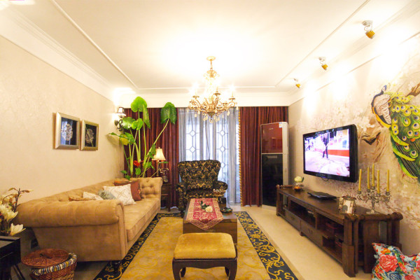 客厅墙纸采用大胆铺陈,配合中东风格地毯,加上大的落地窗户,整个客厅的采光效果极好;