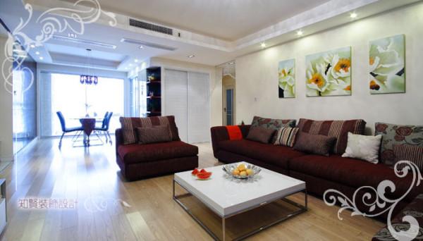 入门处设置客厅,能最大限度的拓宽视线,增强空间的径深感;所以客厅的设计显得极为重要,它能影响主人的心情,亦能彰显主人的品味;