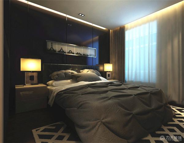 主卧室的色调为暖色调,突出现代感的同时又不失温馨自然的感觉,搭配黑色床头柜,屋顶一样采用吊顶加灯带装饰,简约的同时增加空间造型感。