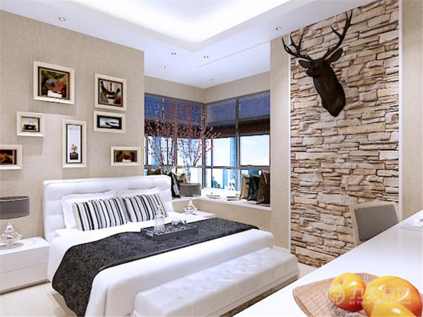 主卧室地面采用木质地板,是房间舒适美观,床头背景墙我通过摆放一组挂画来填补它的空白,床我采用黑白灰弹簧软床,体现现代感的明快节奏,