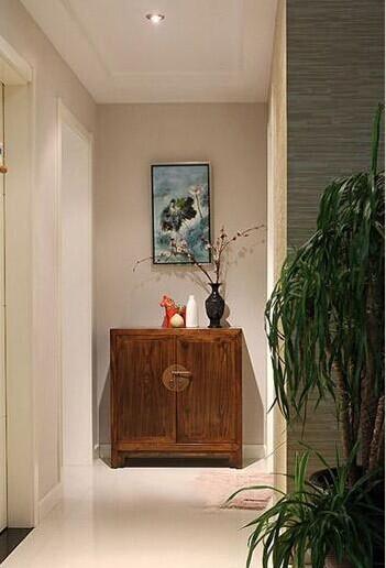 道这边尽头有个玄关的设计,搭配中式的柜子很有自己的独特之处哦!