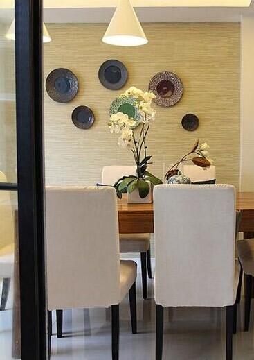 餐厅餐桌的样子,实木简约风格的,很有现代感。