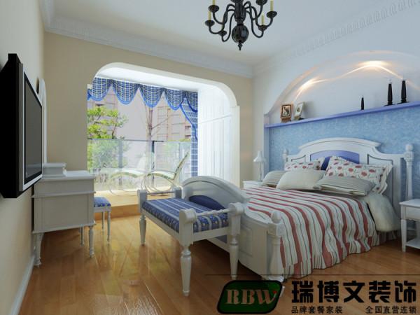 男孩房定位蓝色调地中海风情的风格,床头墙壁纸的蓝色以及软装饰品窗帘的及凳榻的蓝色,吸收了地中海的风格,给人清新怡人的感觉。男孩房再配以功能性的学习桌和娱乐性的壁挂电视,使得整个空间完整自然。
