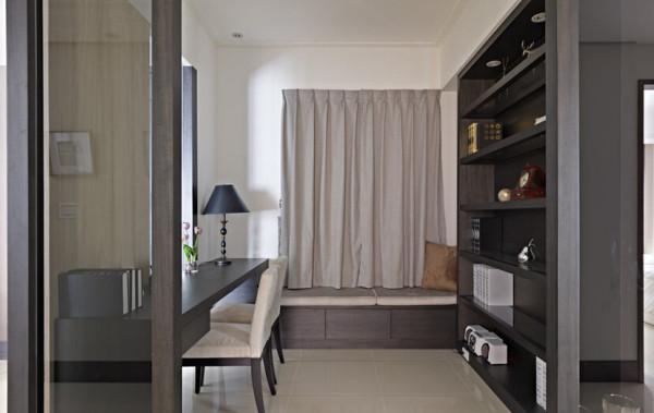 两侧采用藏经阁风格的造型柜体,让电视主墙自然汇聚视觉焦点。