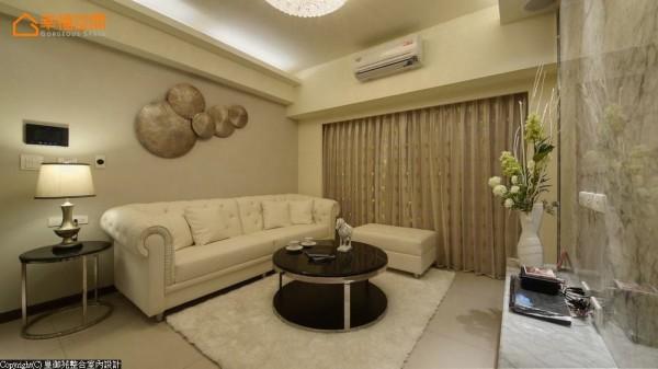 在有限的空间中争取宽适的视听尺度,电视主墙以大理石与层板简单配置,呼应沙发背墙简单的跳色与挂饰,有效营造轻奢华质感。