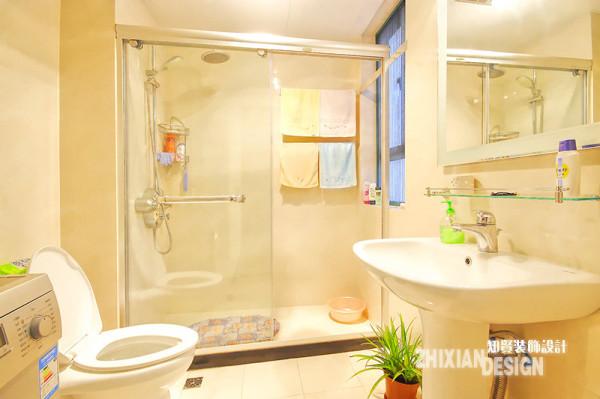卫浴设置颜色明朗,采用不锈钢材质,玻璃门的设计更是将空间拉伸,视觉和空间效果都还不错;