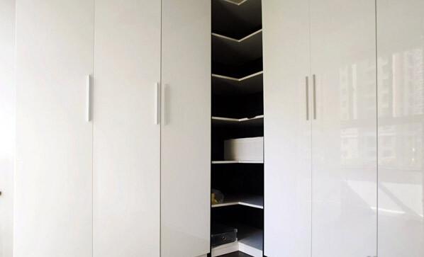 衣帽间做了几个超大的柜子,旁边放几张凳子,这里有足够的空间可以改造成书房