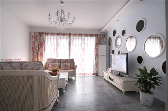 客厅大量使用碎花图案的各种布艺和挂饰