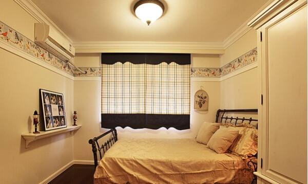 小房间的床和小茶几都是了铁艺的。
