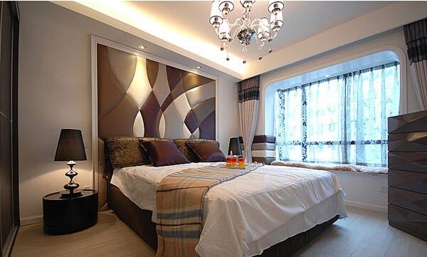 卧室里,床的靠垫后面的墙面用了一部分的软包,不过软包有将空间缩小的效果,所以设计师没有做一整面的软包。