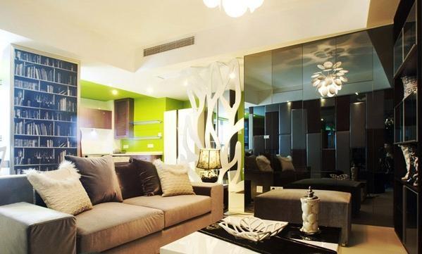 另一面就是一整面墙的灰镜,起到了装饰和扩大空间的效果。
