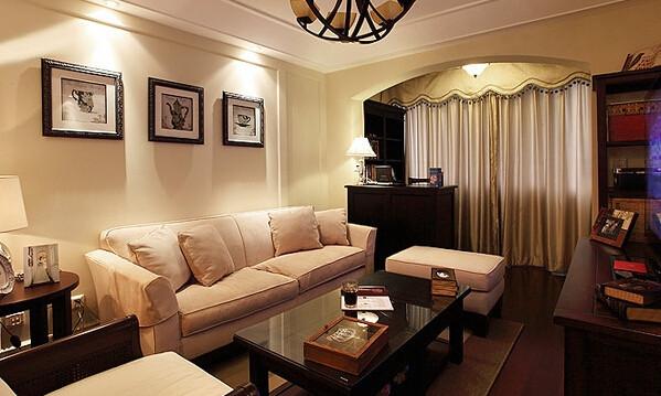 餐厅右侧的客厅区,沙发背后三幅画旁边的凹凸线条是设计师用木头也不知道石膏贴出来的然后再刷油漆,照片拍出来比较笼统,其实这个线条侧面看是有层次的。