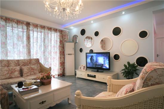 欧式家具华丽的轮廓与精美的吊灯相得益彰