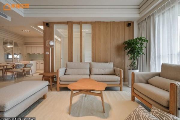 以木质堆砌的直向线条,夹叙与多功能书房的透明隔间,横向的白色百叶帘填空,视线隐约的穿透延伸。