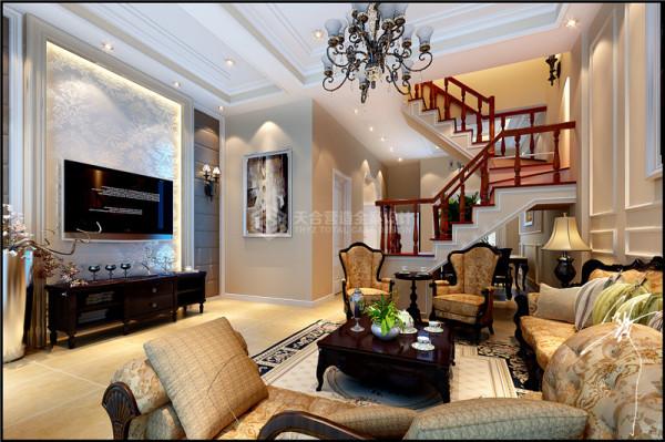 客厅效果在墙面选用杏色乳胶漆,在客厅吊顶的边缘也进行一圈处理,用颜色来相互呼应。顶部设计背景墙设计尽量简单,凸显转折楼梯的效果,楼梯的边口用PU线条进行收边处理,增加楼梯细节。