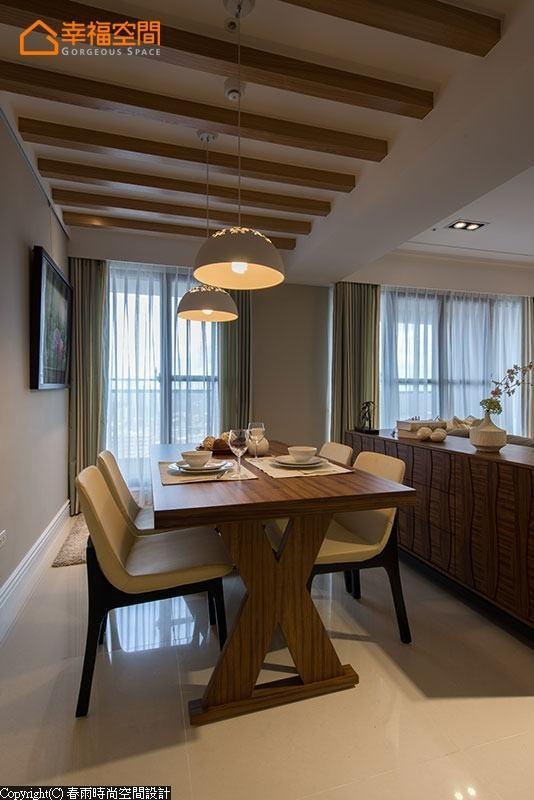延续电视墙面材质于天花格栅,让场域彼此呼应外,亦增添休闲质感。