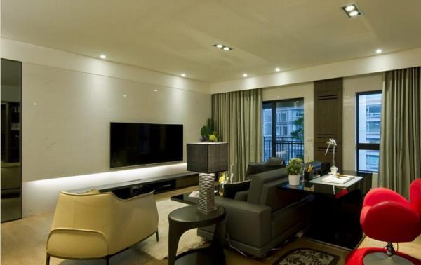 收纳在两扇落地窗间的木质机柜,电视下方也预留了视听线路,未来若购入新颖的设计感音响设备,也能成为空间景致的一环