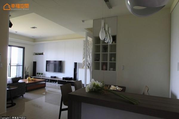 呼应着自然清新的生活步调,灯光计划中设计师林嘉庆舍弃客厅主灯设定,反以线条简单的质感吊灯为题,缀亮用餐空间。