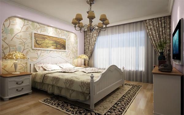 卧室是家庭中,使用频率最低,但在这个区域停留时间最长的地方;私密性和舒适是卧室的关键词;圆角的主卧背景墙,配以舒适富贵色调的床品和窗帘布艺;让人觉得这个空间十分惬意。