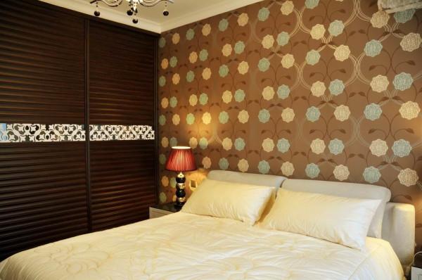卧室:温暖、精致、私密,每一个元素都渗透在其中,将简约的浪漫情怀与现代人对生活品质的细腻追求完美融合。