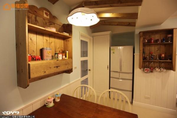 以木梁造型打造小木屋的想象,也让餐厅空间充满童话绘本的温暖。