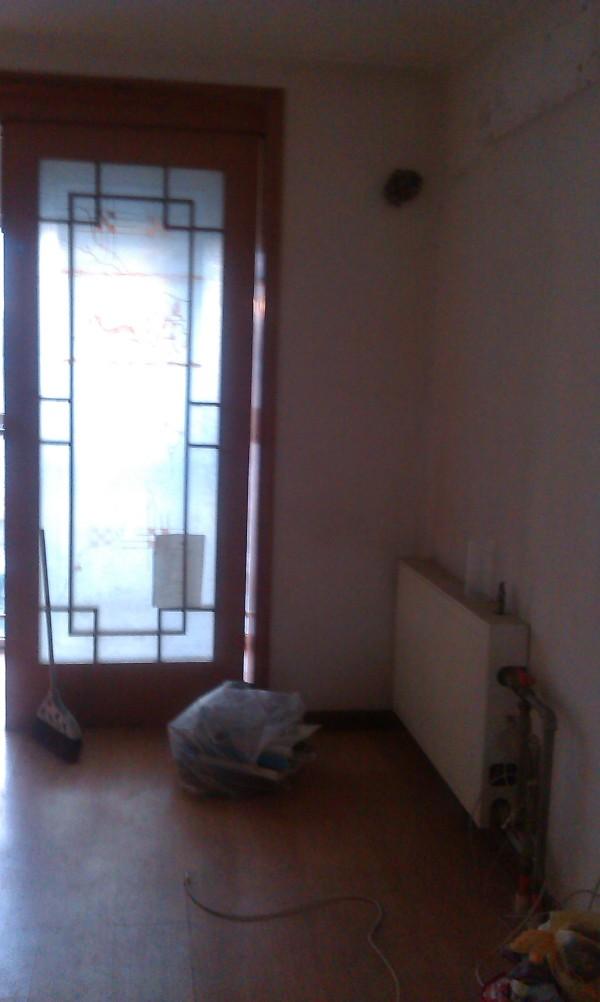 卧室:在腾空卧室之后只能看到暖气和陈旧的槅门,但是我们还能看到地板的颜色哦,也很旧!
