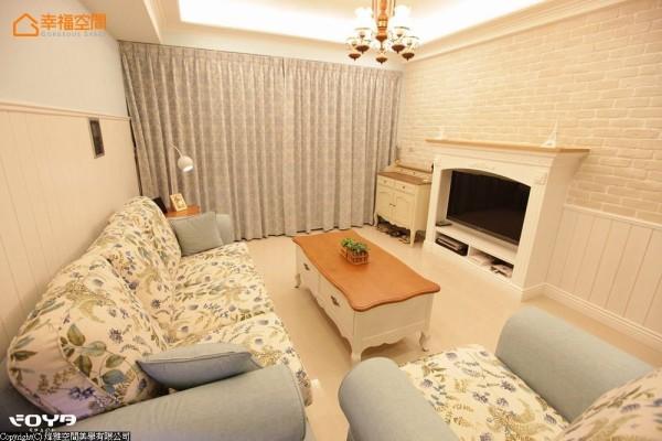 经典的壁炉造型与电视柜结合,兼具视听设备的收纳功能。