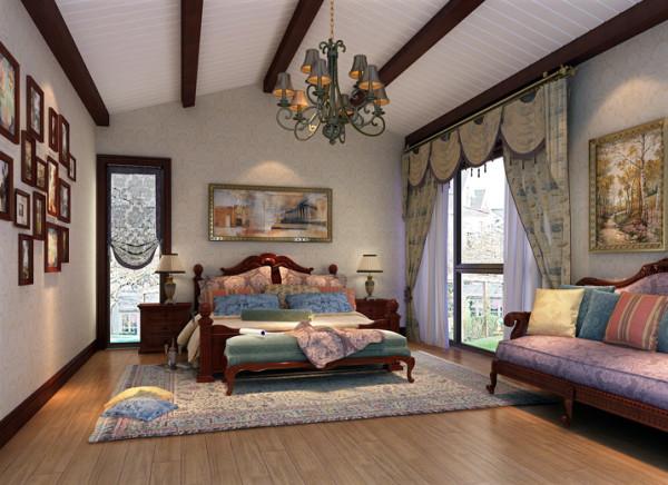 1、实木造型吊顶,最大限度的保障了房间的垂直高度;2、简单的照片背景墙为空间增添了趣味性;3、暖色节能灯配合宽广的室内空间,给人温馨自在之感。